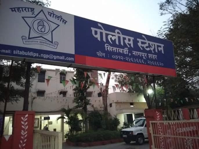 Harden criminal's Bhaigiri in police station at Nagpur | निर्ढावलेल्या आरोपीची नागपुरातील पोलीस ठाण्यात भाईगिरी
