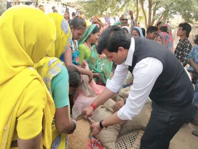 The protesters rebuked the MLAs and entered the Ravi Rana village, the villagers felt the grain too | मनाईहुकूम झुगारून आमदार राणा गावांत शिरले, गावकऱ्यांना धान्यही वाटले