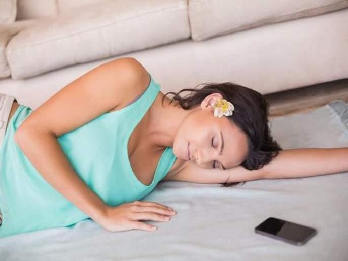 The benefits of sleeping on the floor   खाली जमिनीवर झोपण्याचे आरोग्याला होतात 'हे' फायदे!