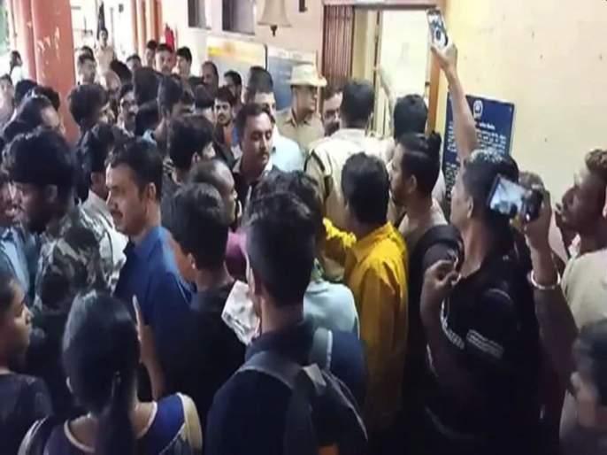 Konkan Railway Did Not Give Halt To Mandavi Express At Khed Railway Station Commuters Get Angry | खेड रेल्वे स्थानकात गोंधळ; मांडवी एक्सप्रेसचे दरवाजे न उघडल्याने प्रवासी संतप्त