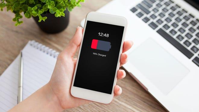 Who exactly eats your 'smart' phone battery? - how to save smart phone battery. | तुमच्या 'स्मार्ट'फोनची बॅटरी नेमकं कोण खातं? - हे घ्या फोन बॅटरीचे तीन दुश्मन!