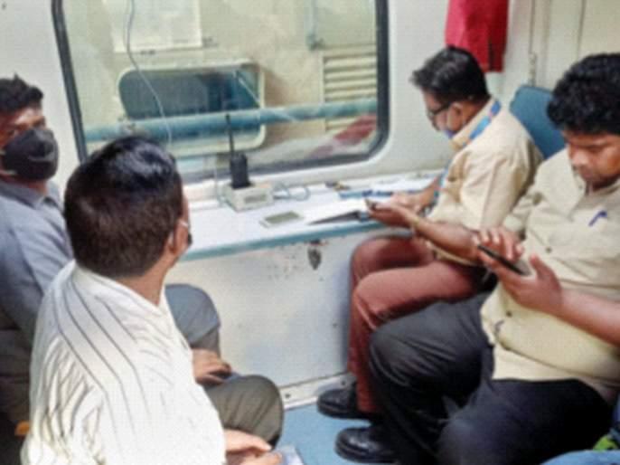 The fuss of social distance in a reserved train car | रेल्वेच्या आरक्षित डब्यातसोशल डिस्टन्सिंगचा फज्जा