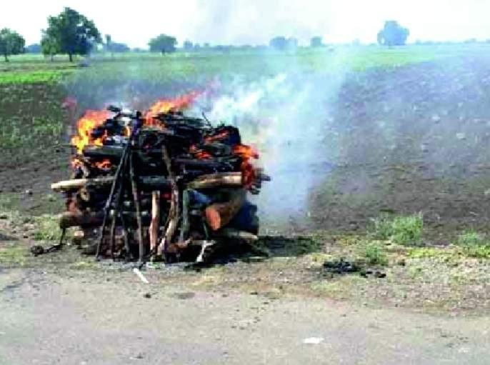 Many villages in the district have no adequate facilities for defying dead bodies | जिल्ह्यातील अनेक गावांत मृतदेहांची अवहेलना-अंत्यसंस्कारासाठी पुरेशा सुविधा नाहीत