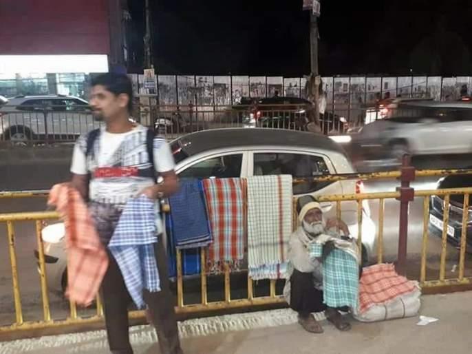 engineer Boy sells towel on road for social cause   इंजिनिअर तरुण का विकतोय रस्त्यावर टॉवेल ?
