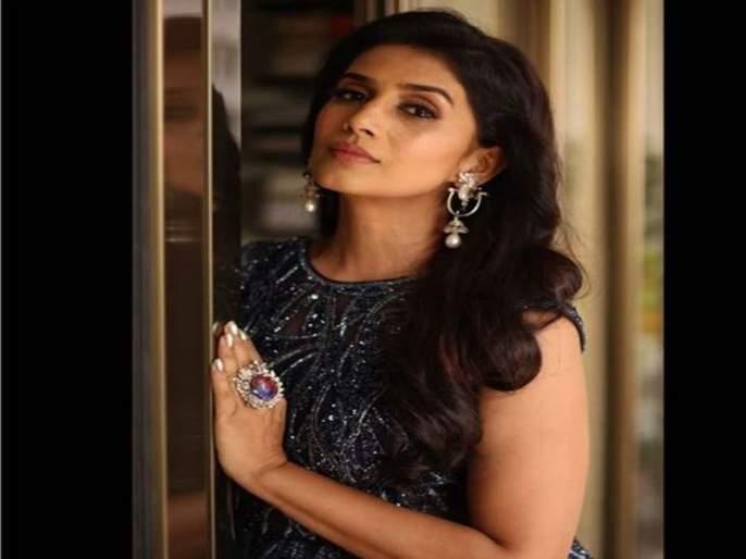 Actress Sonali Kulkarni travel by Mumbai Metro, share her happiness on twitter   अभिनेत्री सोनाली कुलकर्णीचा 'सोकुल' मेट्रो प्रवास, फोटो शेअर करत व्यक्त केला सुखद प्रवासाचा अनुभव