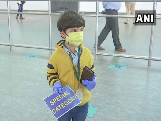 Stranded in Delhi for 2 months, 5-year-old flies back home alone MMG | दिल्लीत अडकलेला 'तो' चिमुकला एकटाच बंगळुरुत पोहचला, ३ महिन्यानंतर आईला बिलगला