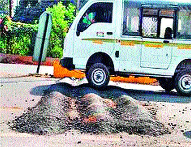Accidental increase due to obstruction on Nashik-Aurangabad road | नाशिक-औरंगाबाद मार्गावर गतिरोधकांमुळे अपघात वाढ