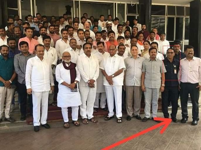 All speechless with MLA, Sharad Pawar looks at security guard of vidhan bhavan | विधिमंडळाबाहेर आमदारांसह सर्वच अवाक, पवारांनी सुरक्षा रक्षकाकडे पाहिलं अन्...
