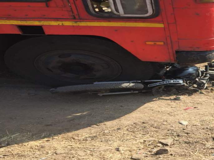 Two-wheeler death due to under wheels of st bus   एसटीच्या चाकाखाली आल्याने दुचाकीस्वाराचा मृत्यू