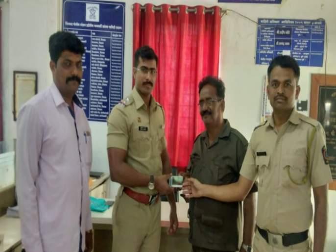 Smart card of Maharashtra State Road Transport Corporation in fall down on road | महाराष्ट्र राज्य मार्ग परिवहन महामंडळाचे स्मार्ट कार्ड बेवारस
