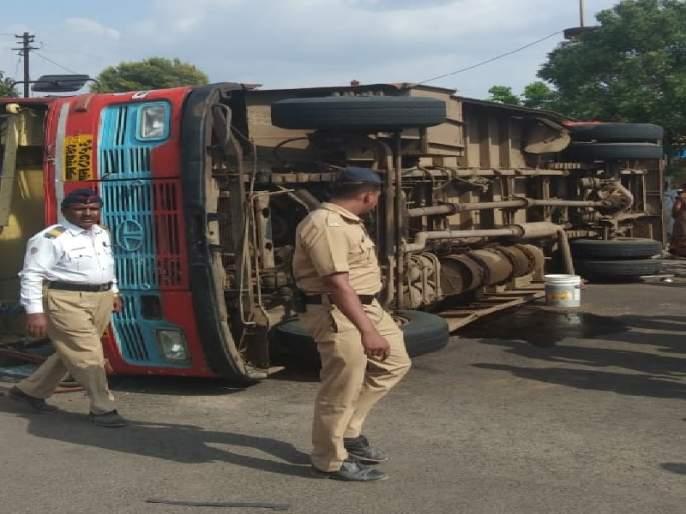 Bus-container accident near Bypass on Kalyan highway: Death of teenager, four passengers injured | अहमदनगर -कल्याण महामार्गावरील बायपासजवळ बस-कंटेनरचा अपघात : तरूणीचा मृत्यू, चार प्रवासी जखमी