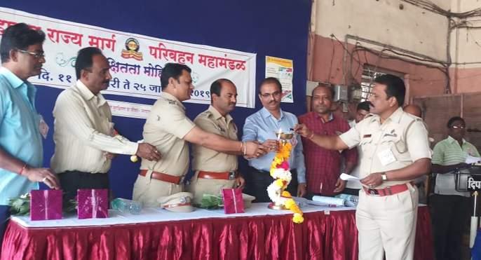 Solapur agitation starts in security; S. T. Near employee near Helmet | सोलापूर आगारात सुरक्षितता मोहिम सुरू; एस. टी. कर्मचाºयांनी केले हेल्मेटला जवळ