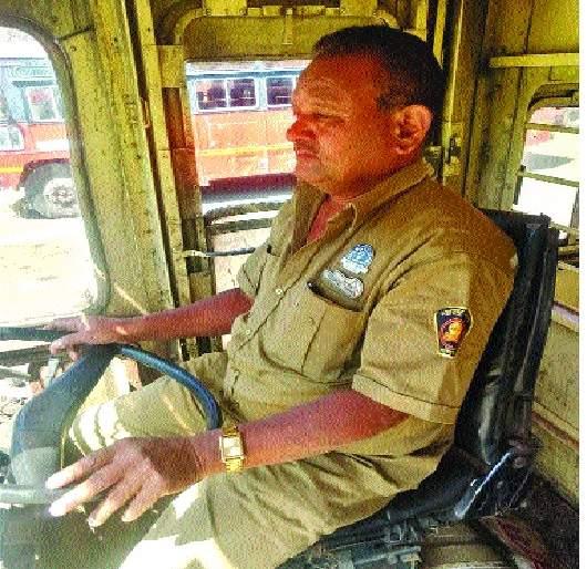 Regardless of accidents in the twenty-five years of continuous service, Rajendra Kireedat of Bhiwadi | सलग पंचवीस वर्षे विना अपघात एसटी सेवा-भिवडीतील राजेंद्र कीर्दत यांचा गौरव