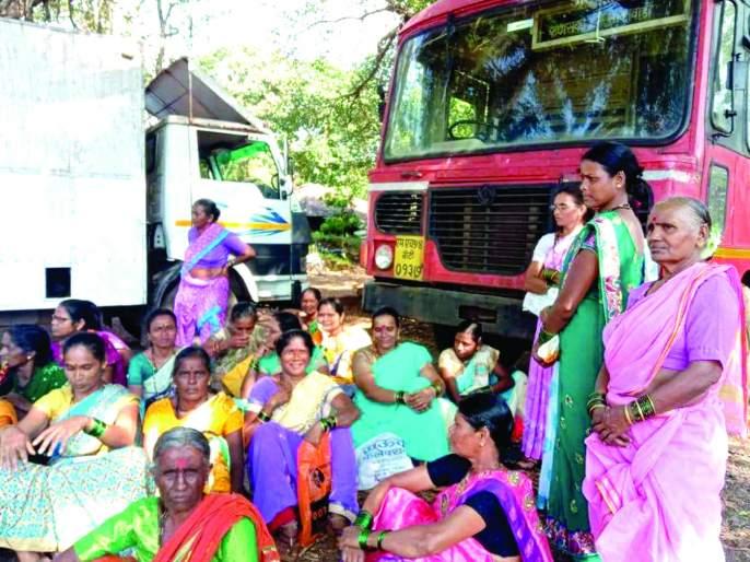 The women stopped the bus | महिलांनी बस रोखली ; केसरी येथील प्रकार : आक्रमक पवित्रा घेत केला प्रश्नांचा भडिमार
