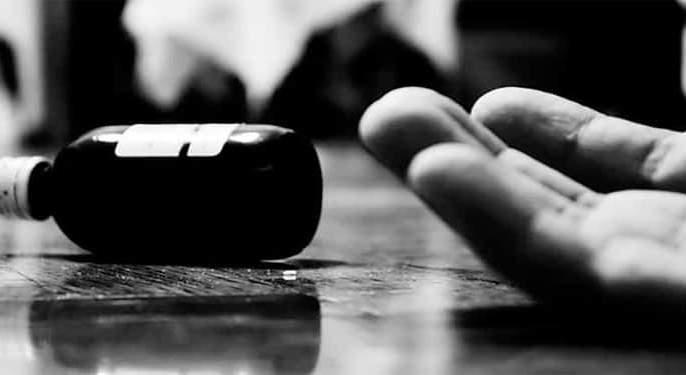 Shocking..! Parents drinking poison du to tortured of girls | धक्कादायक ! छेडछाडीला कंटाळून पीडितेसह आई-वडिलांचे विषप्राशन
