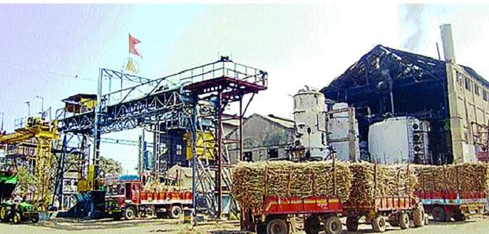 Sugar cane buzzed with smoke! | धुराडी पेटल्याने साखरवाडी गजबजली...! : ऊस उत्पादक शेतकरी, कामगारांना दिलासा