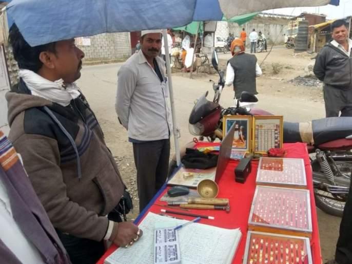 With the awareness of the 'Anis' worker, the 'Bhagataratna' sale is exposed | 'अंनिस'कार्यकर्त्याच्या जागरूकतेने 'भाग्यरत्न'विक्रीची भोंदूगिरी उघड