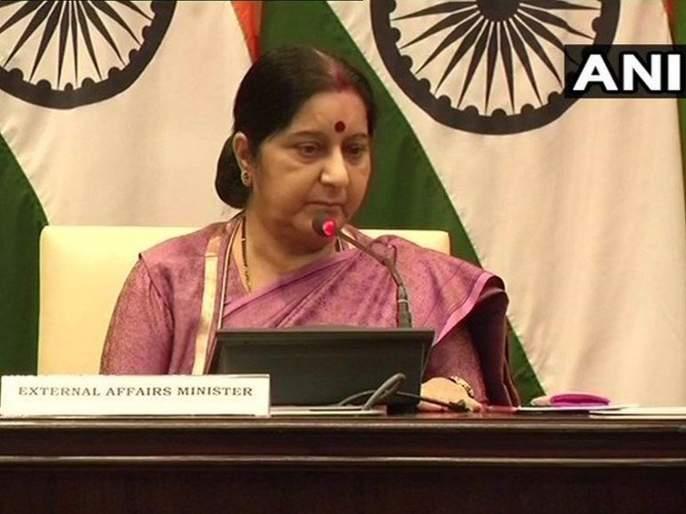 colombo blast we are keeping a close watch on the situation says sushma swaraj | Sri Lanka bomb blasts : भारत श्रीलंकेतील परिस्थितीवर नजर ठेवून, हेल्पलाईन नंबर जारी