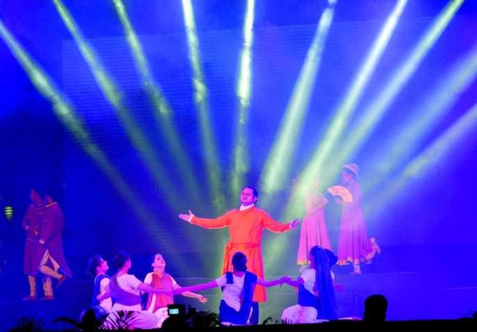 MP Cultural Festival: Shivamputra arrives, holds Vivekananda's name   खासदार सांस्कृतिक महोत्सव :शिवंपुत्र आले होऊन, विवेकानंद नाम केले धारण