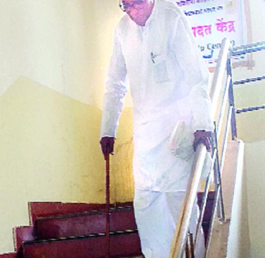 Take down the tehsil office as much! | तहसील कार्यालय तेवढे खाली घ्या!