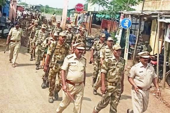 Police burst into a village knocking police boots ... | Maharashtra Election 2019; ८ गावात घुमला पोलीसांच्या बुटाचा खडखडाट...