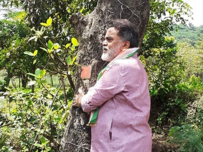 Chipko agitation against tree felling for Metro Carshed project in Ore Colony | आरे कॉलनीत मेट्रो कारशेड प्रकल्पासाठी होणाऱ्या वृक्षतोडीविरोधात चिपको आंदोलन