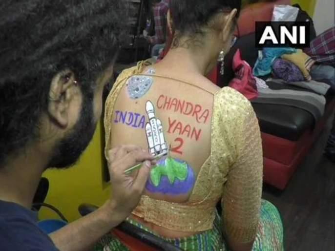 Women poses with body paint tattoos during preparations for raas garba at surat in gujarat | Navratri 2019 : गरब्यात देशप्रेमी तरुणाईची धूम; कलम 370, चंद्रयान-2 टॅटूची क्रेझ!