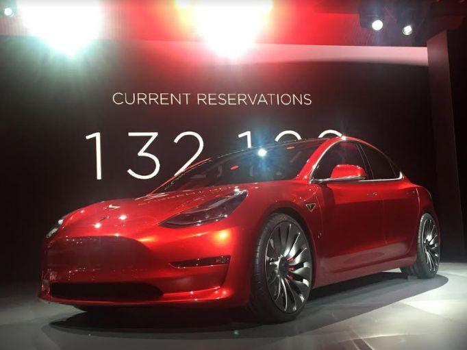 Tesla's Model 3 sets world record | टेस्लाच्या मॉडेल ३ ने केला जागतिक विक्रम