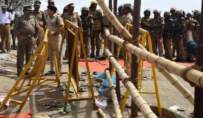 stampede in Tamil Nadu temple; 7 killed | तामिळनाडूतील मंदिरात शिक्क्यासाठी चेंगराचेंगरी; 7 ठार