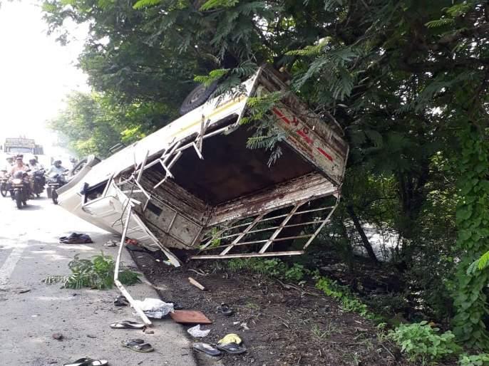 one dead and 21 injured in thane accident   टेम्पो झाडाला आदळला; एकाचा मृत्यू तर 19 जण जखमी