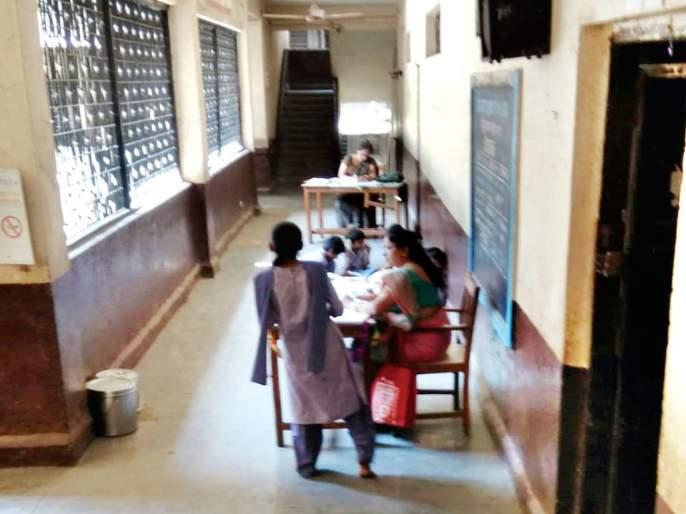 Teachers' children learn private schools | शिक्षकांची मुले मात्र शिकतात खाजगी शाळेत