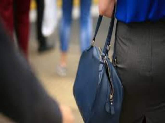 theft from Passenger women purse about 5 lakhs | प्रवासी महिलेच्या पर्समधील सव्वापाच लाखांचा ऐवज लंपास