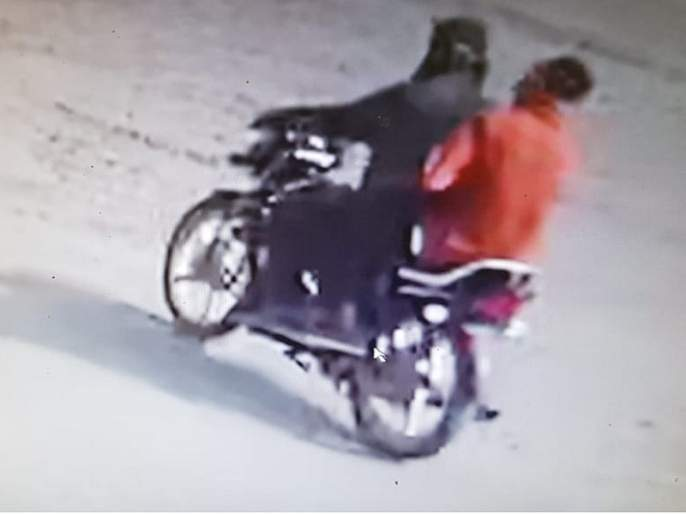 Three lakh were looted by beating bank employees in Jalana   बँक कर्मचाऱ्यांना मारहाण करून तीन लाख लुटले