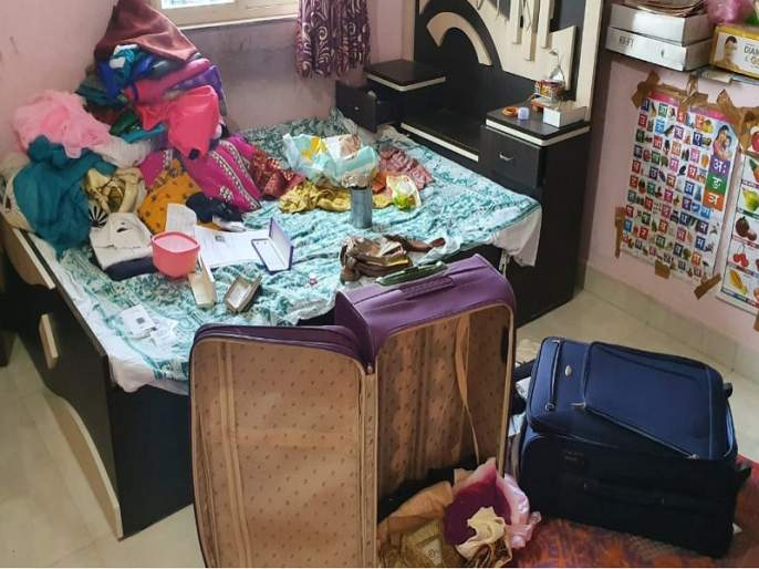 Burglaries loot case worth Rs 2 lakh with gold and silver jewelry in Jalana | घरफोडीत सोन्या-चांदीच्या दागिन्यांसह २ लाखांचा मुद्देमाल लंपास
