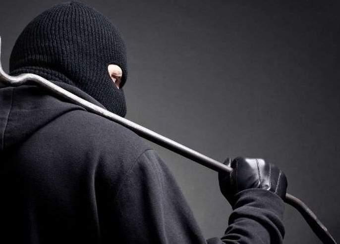 Two thieves who broke mobile shop were caught red-handed   मोबाईल शॉपी फोडणाऱ्या दोन चोरट्यांना गुन्हेशाखेने पकडले