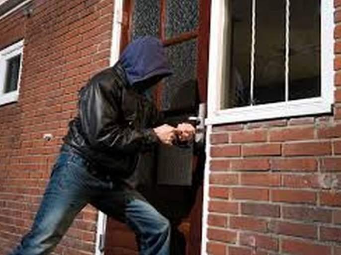 Robbery in Two houses; Thousands of rupees thept | मुकुंद नगरातील दोन घरे फोडली;८० हजार रूपयांचा मुद्देमाल पळविला