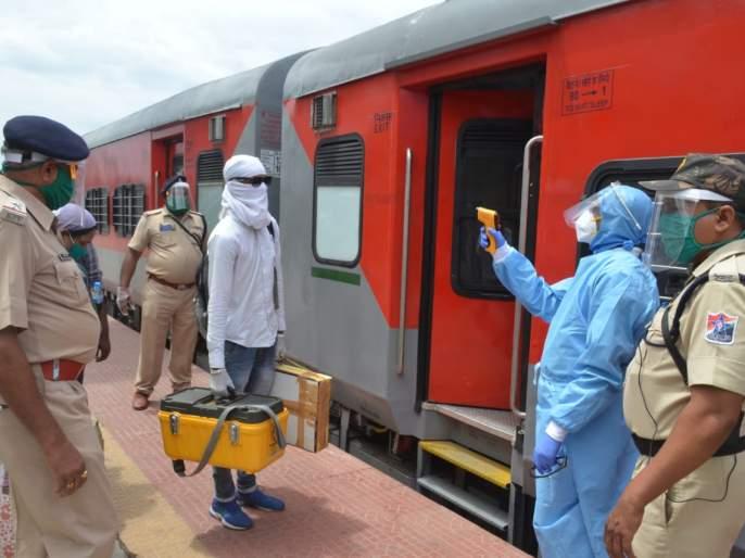 Unlock 1. 0: Passengers enter the train only after health check up at Parabhani Station   अनलॉक १. ० : आरोग्य तपासणीनंतरच प्रवाशांना रेल्वेत प्रवेश