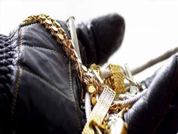 jewellry of worth One lakh 69 thousands stolen from a passenger's bag in the bus | बसमध्ये प्रवाशी महिलेच्या बॅगेतून एक लाख ६९ हजार किमतीच्या दागिन्यांची चोरी