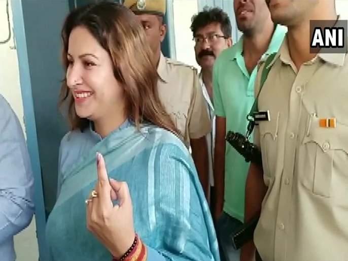 Haryana Elections 2019 : Voting under way for Haryana assembly polls   Haryana Election 2019 : मतदारांमध्ये उत्साह, 90 जागांसाठी मतदानाला सुरुवात
