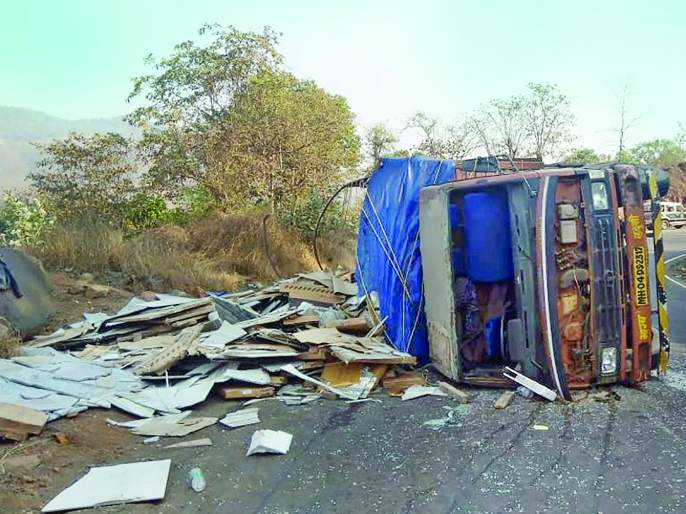 Workers killed on the spot by freight tempo | मालवाहू टेम्पो कलंडून कामगार जागीच ठार