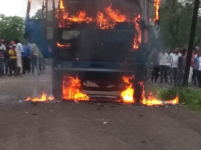 Tipper's hit; killed women at Jalamb | टिप्परच्या धडकेत महिला ठार, ग्रामस्थांनी डंपरच जाळला