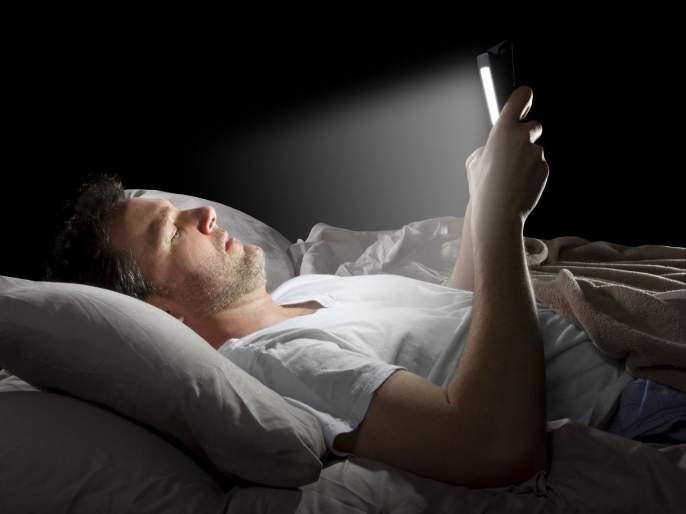 Health Tips : know why you should not sleep with your tv on   तुम्हीसुद्धा टीव्ही, मोबाईल सुरु ठेवून झोपता का? 'या' आजाराला बळी पडण्याआधी सावध व्हा