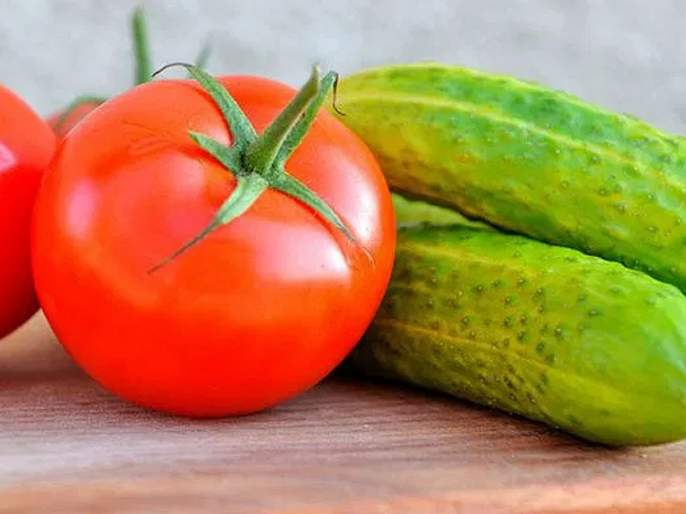 Is the combination of tomatoes and cucumbers really unhealthy? | काकडी आणि टोमॅटो एकत्र खाल्ल्याने काही नुकसान होतं का?