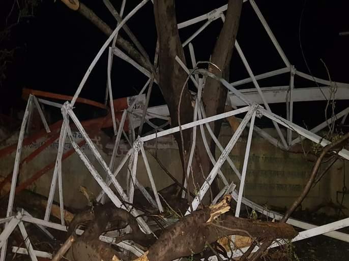 BSNL tower collapses on four homes, one seriously injured   बीएसएनएलचा मनोरा कोसळून चार घरांचे नुकसान, एकजण गंभीर जखमी