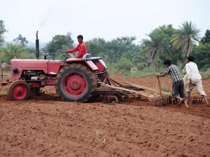 The wheels of the tractor are moving instead of 'Sarja-Raja' in the field   शेतात 'सर्जा-राजा'च्या जागी ट्रॅक्टरची चाके गतिमान