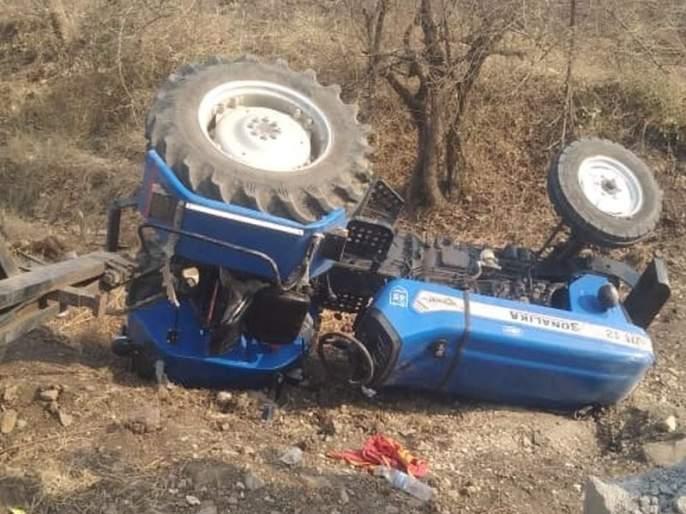 The driver died when the tractor overturned | वाडेगाव-माझोड रस्त्यावर ट्रॅक्टर उलटल्याने चालकाचा मृत्यू