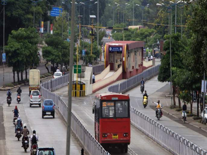 Private vehicles in full swing in Pune city, rickshaws and PMP services in the not very well active | पुणे शहरात लॉकडाऊनचे निर्बंध शिथिल केल्यानंतर 'खासगी वाहने जोमात, रिक्षा-पीएमपी कोमात'