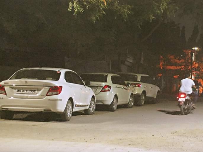Parking problem in Aurangabad; There are 20 thousand four-wheelers parked on the roads | औरंगाबादमध्ये २० हजार चारचाकी वाहनांसाठी रस्तेच बनले पार्किंग स्लॉट