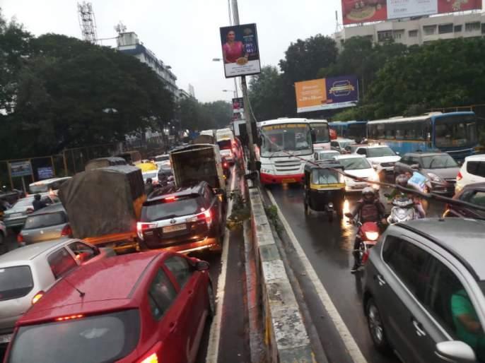 Traffic jam on Pune-Solapur road in the rain ...   रिमझिम पावसात पुणे -सोलापूर रस्त्यावर प्रचंड वाहतूक कोंडी