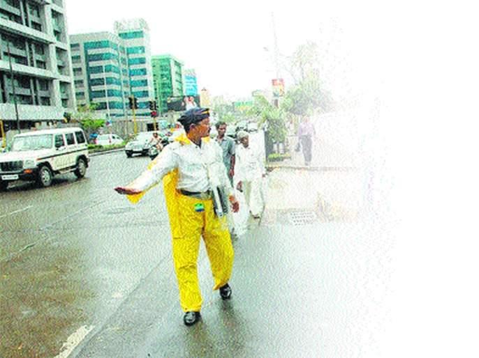 Shocking Rickshaw laid on the feet of the traffic policemen gone for action   धक्कादायक! कारवाईसाठी गेलेल्या पोलिसाच्या पायावर घातली रिक्षा